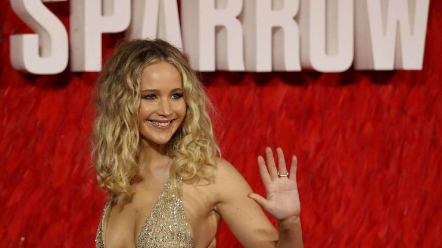 Jennifer Lawrence'ın dekoltesi olay oldu!