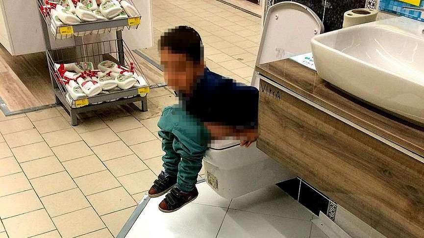 Sakarya'da bulunan bir AVM'de teşhir ürünü klozete tuvaletini yaptı