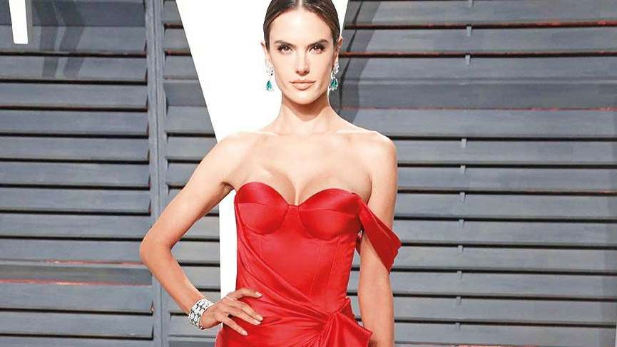 Alessandra tamamen doğal ve çıplak