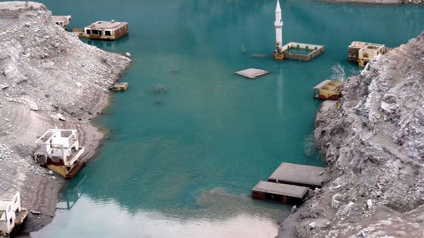 Baraj suları çekildi, ortaya çıkan köyü duyan koştu
