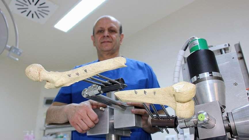 Türk doktor, dünyanın ilk 'ortopedi robotunu' yaptı