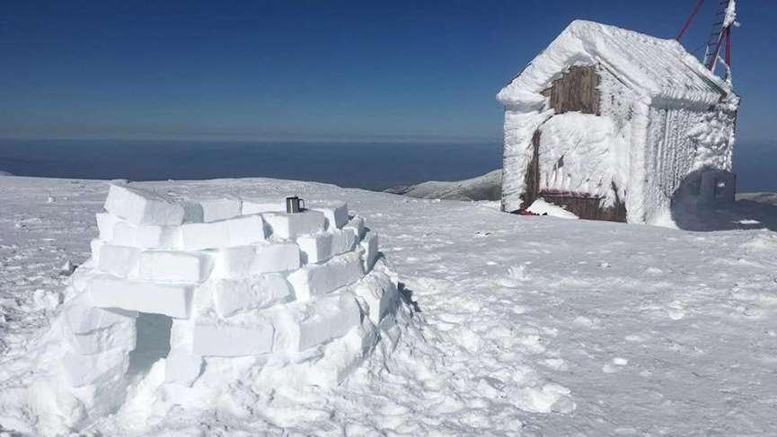 İzmir'deki Bozdağ zirvesine Eskimo evi yaptı
