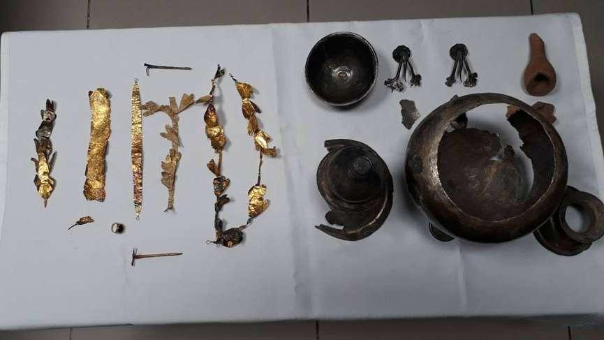 Tarihi eser operasyonunda 2 bin 200 yıllık taç ele geçirildi