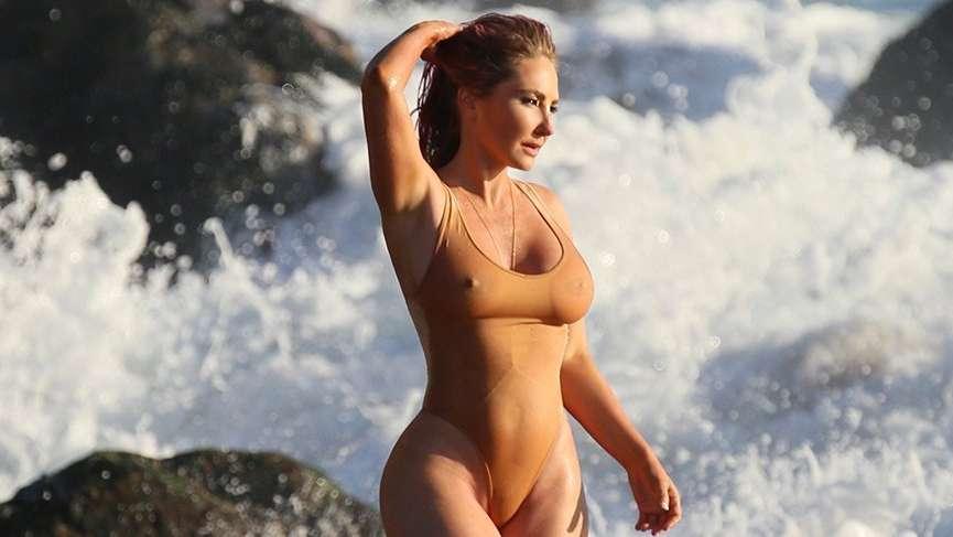 Kim Kardashian'ın arkadaşı Nikki'nin plaj şovu