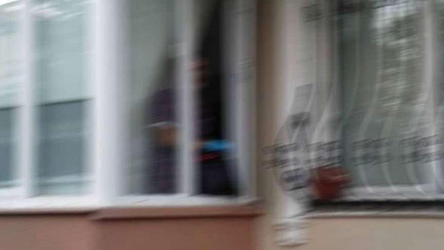 Sevgilisine hediye vermek isteyen genç, kızın babasıyla karşılaşınca pencereden atladı