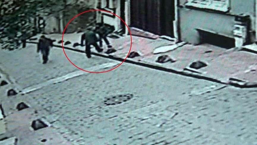 Beyoğlu'nda kadına bıçaklı saldırı kamerada