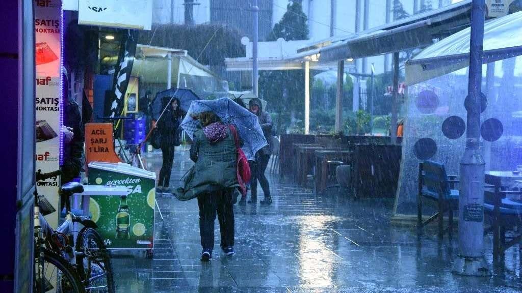 İzmir'de hava durumu! Fırtına ve sağanak etkili oldu