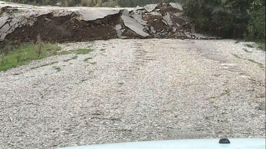 Kumluca'da heyelan nedeniyle yol çöktü