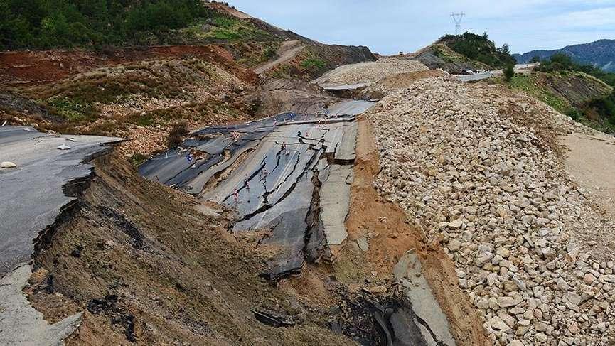 Antalya'da duble yol çöktü