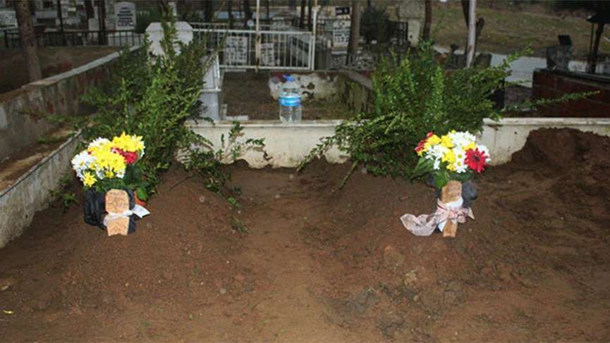 Oğulları tarafından öldürülen çift yan yana defnedildi