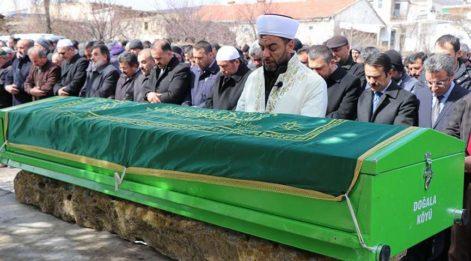 Üzerine kale direği devrilerek ölen çocuğunun cenaze namazını, imam babası kıldırdı
