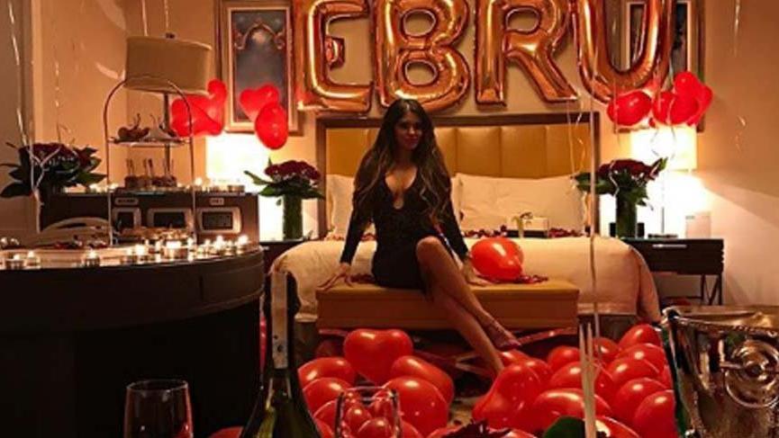 Ünlü şarkıcı Ebru Polat'a sürpriz evlilik teklifi! 500 balon, 200 gül ve 1000 mumla