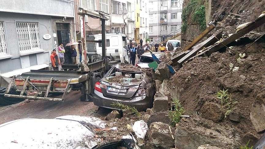 Cihangir'de istinat duvarı çöktü 3 araç göçük altında kaldı