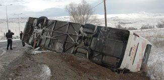 Otobüs devrildi: 14 yaralı