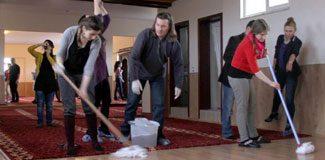 Avrupalı öğrenciler mescit temizledi