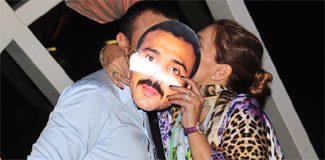 Öpücüğünü kocasıyla maskeledi