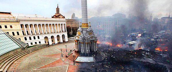 Kiev Özgürlük Meydanı'nın ülkede çatışmalar başlamadan öncesi ve sonrasını gösteren bu fotoğraf sosyal medyada olaylara ilişkin en çok paylaşılan görseller arasında...