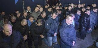 Ukrayna polisi diz çökerek özür diledi