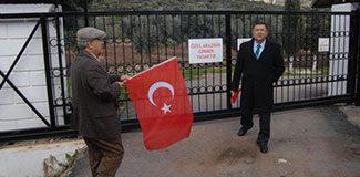 O villaların kapısına Türk bayraklarıyla dayandılar