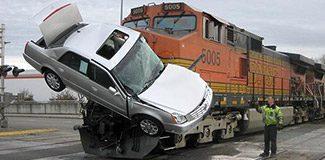 Düğün konvoyuna tren çarptı: 13 ölü