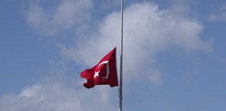 Alman belediyesi Türk bayrağı asıp yarıya indirdi