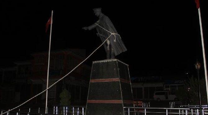 Van'da Atatürk heykeline saldırı