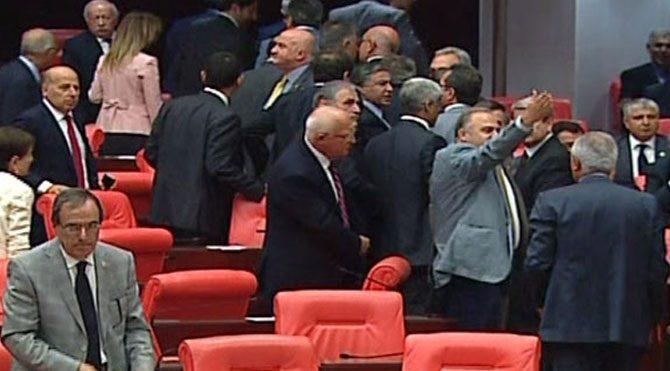 Yemin töreninde CHP'lilerden protesto!