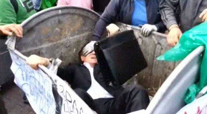 Ukrayna'da milletvekilini çöp kutusuna attılar