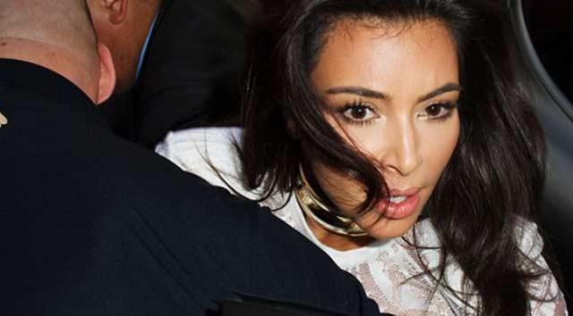 Kırmızı halıda Kim'in saçını çekti