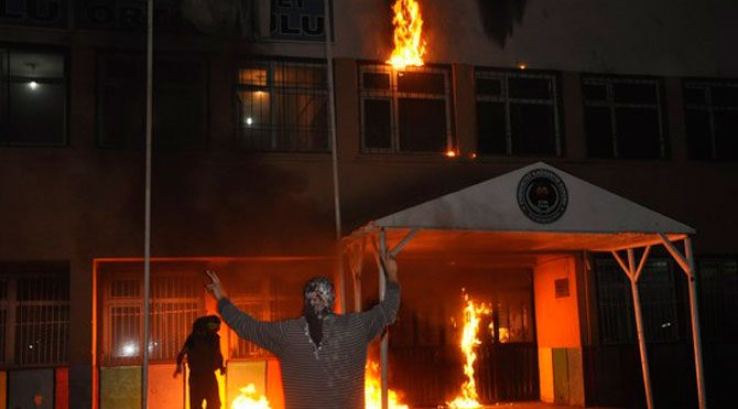 Hakkari ve Yüksekova'da 2 okul daha yakıldı!