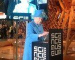 Kraliçe ilk tweet'ini attı