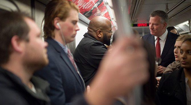 Başkan Ebola paniğini azaltmak için metroda