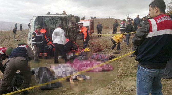 Afyonkarahisar'da otobüs uçuruma yuvarlandı
