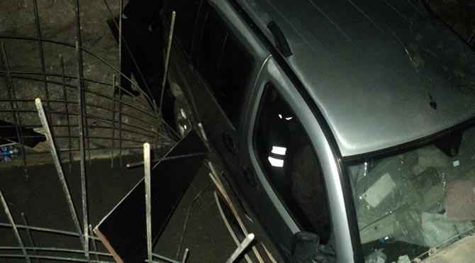 Otomobil inşaata girdi: 4 yaralı