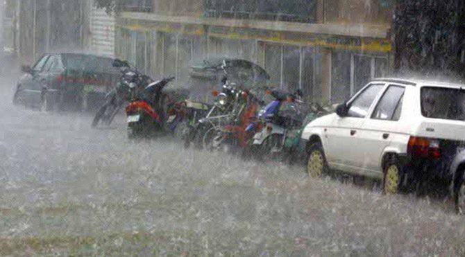 Yunanistan'da sel, araçları birbirine kattı