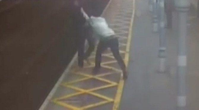 Kör ve sağır adamı tren raylarına böyle attılar
