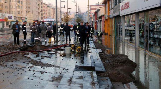 Sivas'ta şebeke suyu borusu patladı