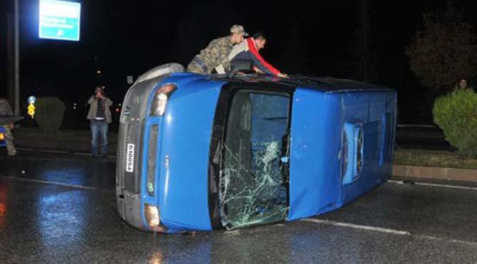 Askeri minibüs devrildi!