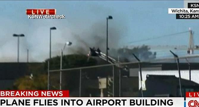 Uçak binaya çarptı: 2 ölü
