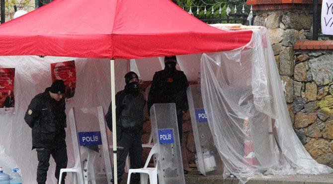 Validebağ'da polisler eylemcilerin çadırına sığındı