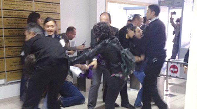 Türbanı protesto eden kadının saçını yoldular