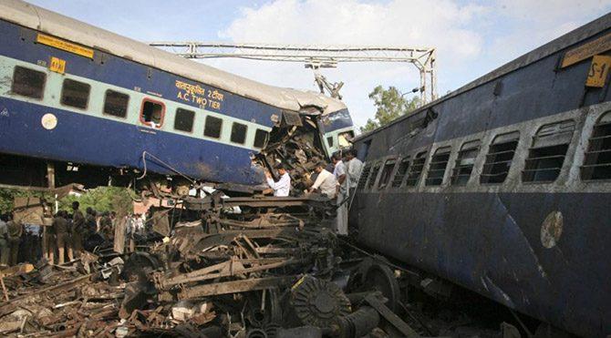 İki tren çarpıştı: 12 ölü