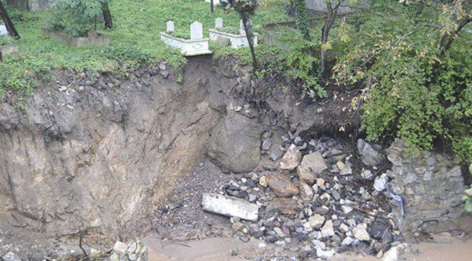 Sel suları mezarlığa dayandı