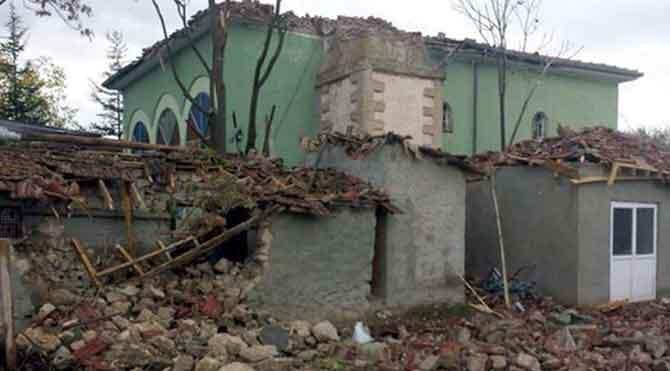 Cami minaresine yıldırım düştü