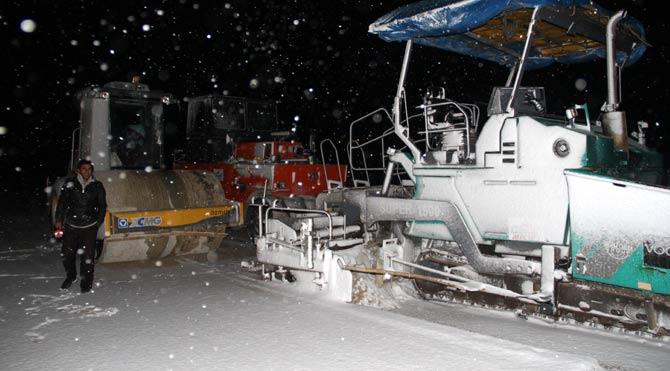 Kar o ilçede yolları kapattı!