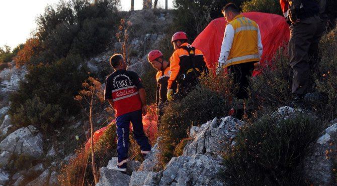 Kayalıklara düşen paraşütçü öldü