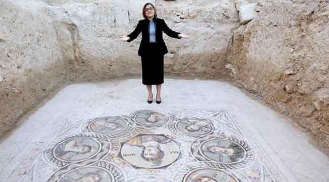 2 bin yıllık mozaiklere bastılar!