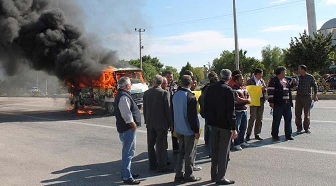 Protesto için minibüs yaktılar