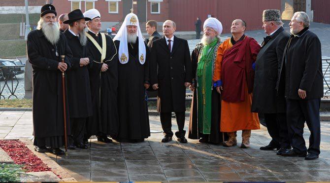 Putin din adamları ile birlikte Kızıl Meydan'da
