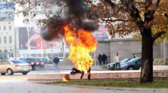 Başkanlık sarayının önünde kendini yaktı!
